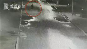 大陸黑龍江省齊齊哈爾市街頭發生一起意外,一名15歲少女疑酒醉,倒在馬路中間失去意識,結果慘遭2輛車子輾斃。目前肇事駕駛員已被警方帶回,事件具體原因正在調查、釐清中。(圖/翻攝自微博)