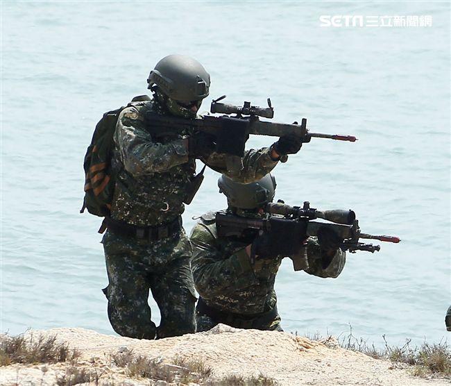兩棲營海龍蛙兵實施目標區突擊與破壞。(記者邱榮吉/金門拍攝)