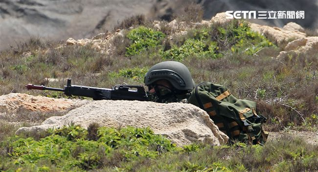 為驗證外島地區特攻作戰能力,金防部所屬兩棲營於67點實施特攻突擊作戰操演。(記者邱榮吉/金門拍攝)
