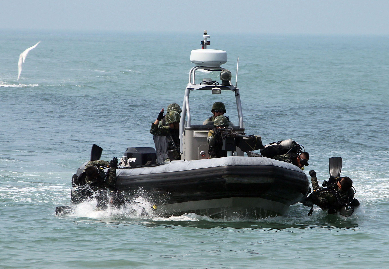 兩棲營海龍蛙兵從海上實施滲透。(記者邱榮吉/金門拍攝)