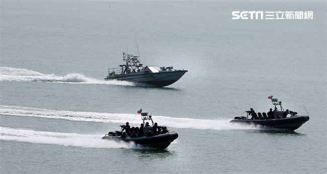 兩棲營成功艇及突擊快艇奔馳在海面上實施滲透。(記者邱榮吉/金門拍攝)