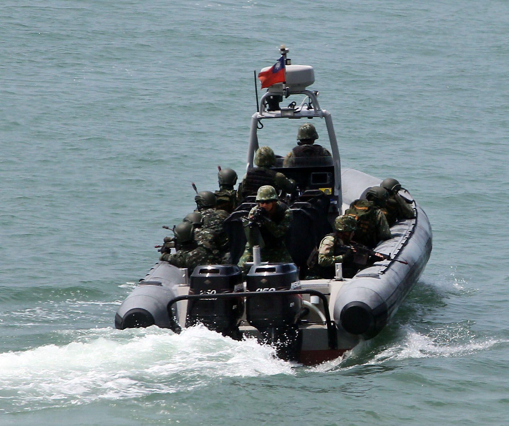 兩棲營海龍蛙兵從突擊快艇登陸上實施敵火下迅速撤離。(記者邱榮吉/金門拍攝)