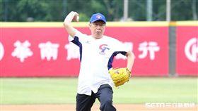 柯文哲受邀為華南金控盃全國青少棒錦標賽冠軍賽開球 北市府提供