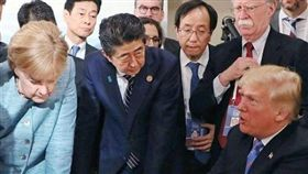 七大工業國集團(G7)高峰會8日揭幕後,德國總理梅克爾(Angela Merkel)在推特po出峰會期間的照片,她雙手壓桌,表情嚴肅地看著川普,掀起外界熱議。對此,日本首相安倍晉三「不甘示弱」,也在Instagram貼出一張雙手壓桌的照片。(圖/翻攝自安倍晉三IG)