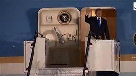 美國總統川普搭空軍一號座機飛往新加坡,今(10)晚上8點21分降落巴耶利峇空軍基地。川普下機時,伸出右手與大家揮手,新加坡則派出外長維文(Vivian Balakrishnan)迎接。