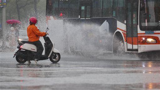 台北傾盆大雨(1)中央氣象局預報,10日起受低壓帶影響,天氣趨向不穩定。台北市區午後下起傾盆大雨,公車駛過路面積水時,水花四濺。中央社記者吳翊寧攝 107年6月10日