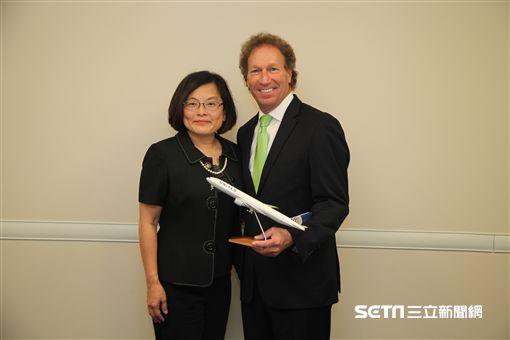 聯合航空芝加哥總部, 全球銷售資深副總裁希爾夫曼(Dave Hilfman),和航空台灣總經理唐靜儀。(圖/記者簡佑庭攝)