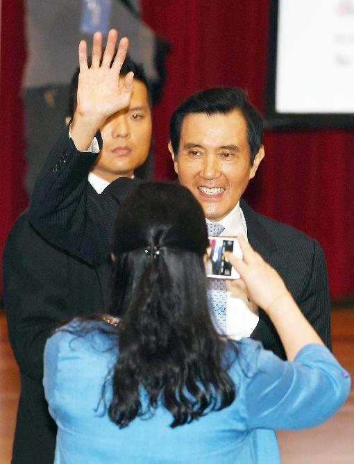 馬英九受來賓歡迎前總統馬英九(中)11日在台北張榮發基金會國際會議中心,出席2018第5屆兩岸經濟論壇開幕活動,受到與會者歡迎。中央社記者施宗暉攝  107年6月11日