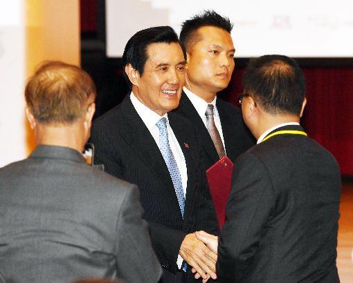 馬英九和與會來賓握手致意前總統馬英九(左2)11日在台北張榮發基金會國際會議中心,出席2018第5屆兩岸經濟論壇開幕活動,下台後和與會來賓握手致意。中央社記者施宗暉攝  107年6月11日