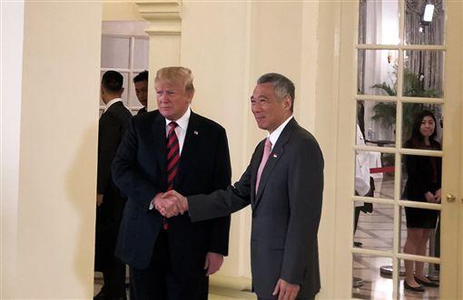 美國總統川普與新加坡總理李顯龍會晤(圖/翻攝自推特)