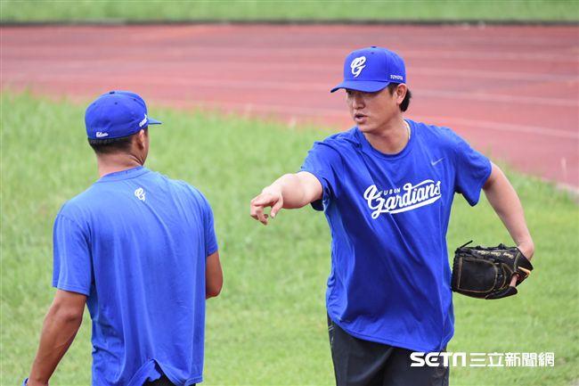 旅美投手王建民擔任富邦悍將客座教練指導二軍投手投球。 (圖/記者林敬旻攝)