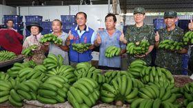 八軍團助農民  採購香蕉木瓜(1)水果價格滑落,全民救果農的行動,國軍也出錢出力。陸軍八軍團11日由政戰主任楊安(右2)代表採買香蕉、木瓜等,且以優於市場價採購,要協助農民紓困。中央社記者王淑芬攝  107年6月11日