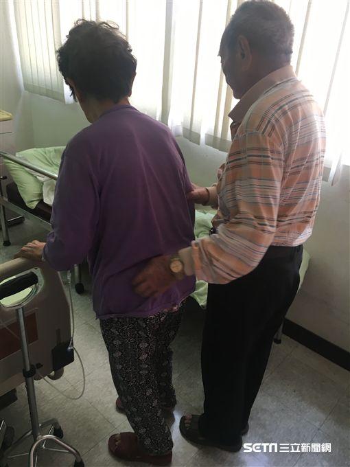9旬老翁在病榻旁照顧88歲陳姓妻子不離不棄,對彼此滿滿的愛不言而喻。(圖/南投醫院提供)