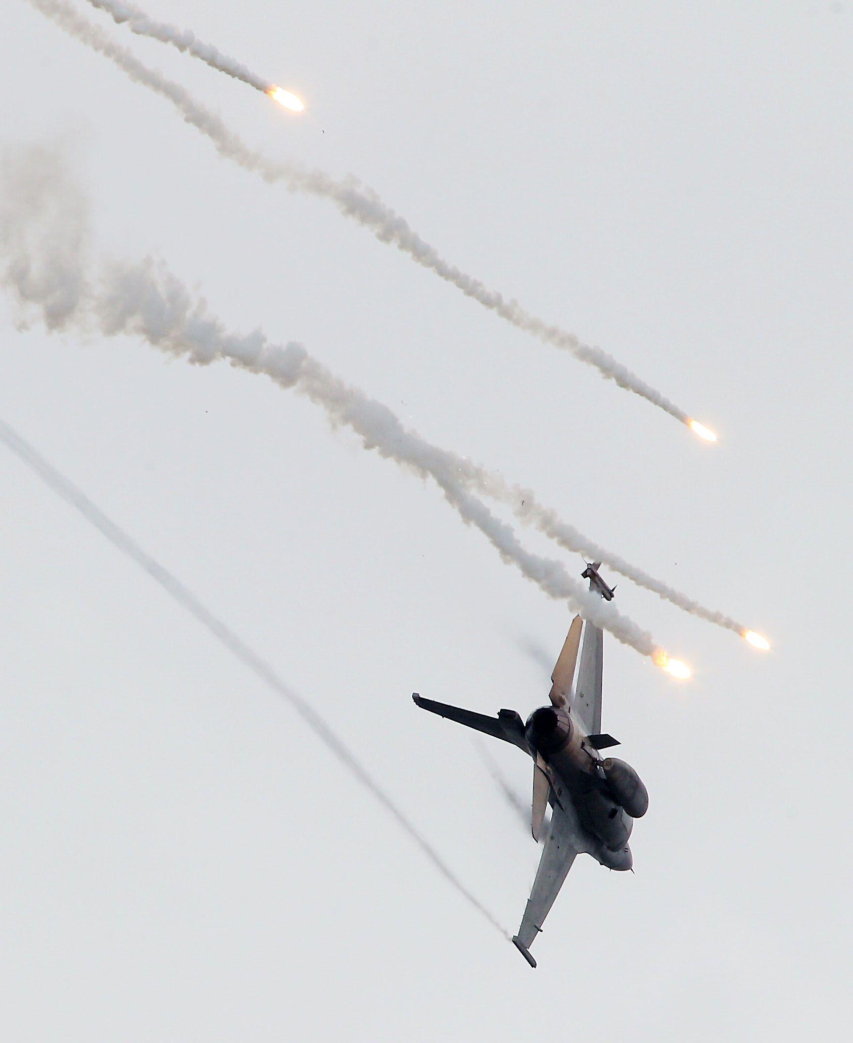 漢光演習國軍F16戰機實施空中掩護施放熱焰彈。(記者邱榮吉/攝影)