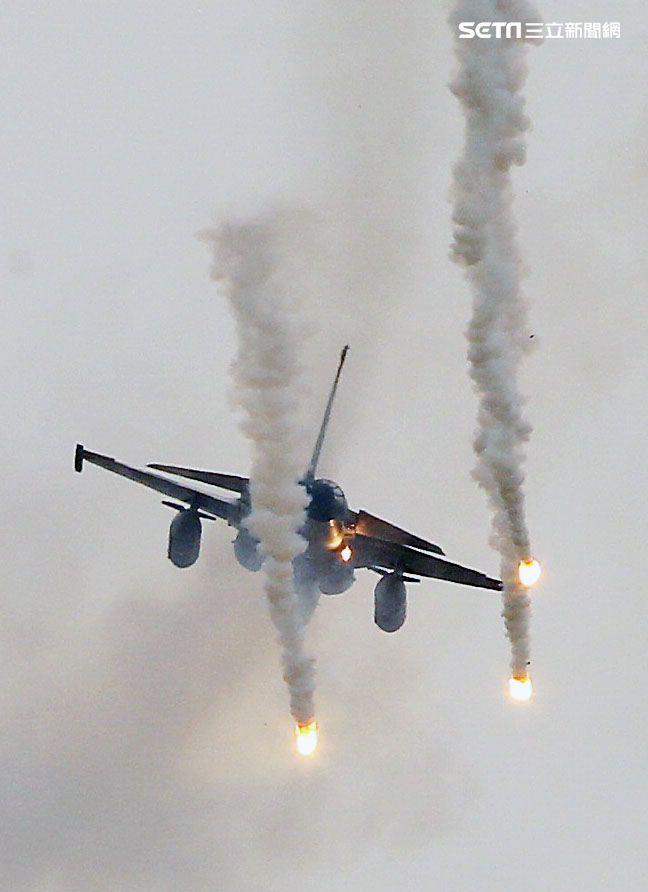 漢光演習國軍IDF戰機實施空中掩護施放熱焰彈。(記者邱榮吉/攝影)