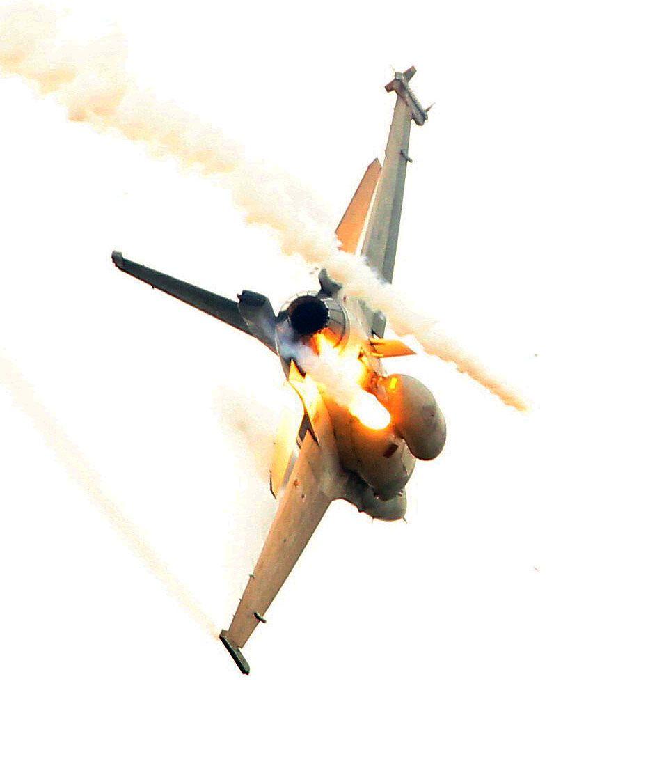 漢光演習假想敵軍機炸射施放熱焰彈。(記者邱榮吉/攝影)
