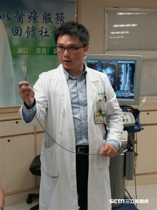 國泰醫院心血管中心醫師張嘉修模擬示範為劉奶奶進行氣球擴張和導管置入自膨式靜脈支架治療。(圖/國泰醫院提供)
