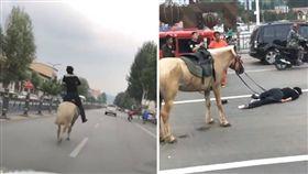 大陸河北淶源縣一名男子為了模仿網紅騎馬,特地找一匹馬上路,不料騎到一半就仆街倒地,英勇姿態瞬間「掉漆」,所幸男子只有左臂受傷,沒有大礙。(圖/翻攝自微博)