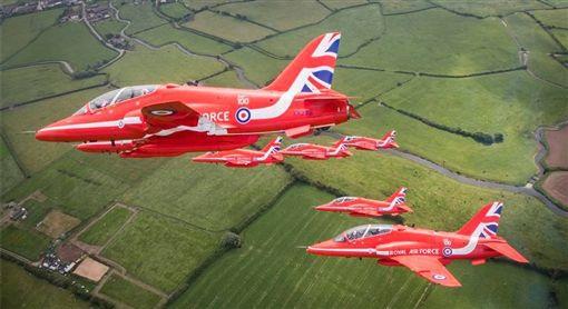 「紅箭」來封英格蘭代表隊送行。(圖/翻攝自紅箭臉書)