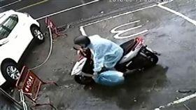 店家PO影片,要亂丟垃圾的騎士回來把垃圾拿走。(圖/翻攝斗六人文社交圈臉書)