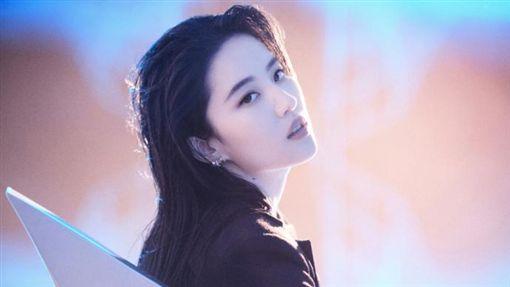 劉亦菲,雜誌寫真被疑發胖。(翻攝微博)