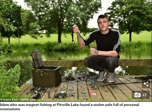 英國格洛斯特郡一名22歲男子哈斯汀(Adam Hastings),日前上網買了一個塊強力磁鐵,並將磁鐵當誘餌進行「磁鐵垂釣」,沒想到他竟成功在湖邊釣到一個保險箱,而裡面放有軍事獎章、手錶,以及值錢珠寶。(圖/翻攝自每日郵報)