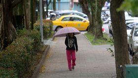 鋒面通過冷氣團接力 中午變天轉濕冷中央氣象局表示,6日午後鋒面報到,大陸冷氣團接力,中部以北天氣濕冷,中午前後各地將逐漸轉為有陣雨的天氣型態。中央社記者鄭傑文攝 107年4月6日
