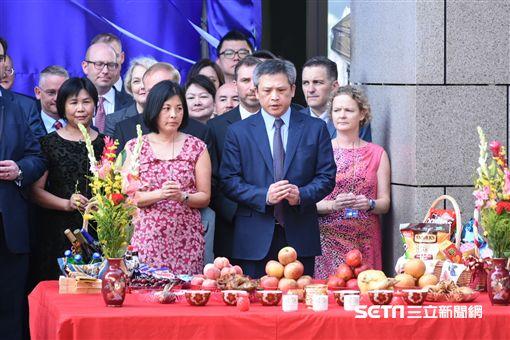 美國在台協會AIT入厝典禮,處長梅建華團拜。 (圖/記者林敬旻攝)