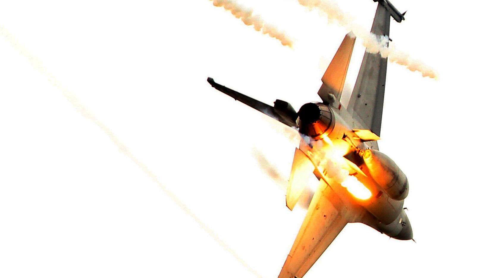 國軍F16IDF戰機施放熱焰彈。(記者邱榮吉/攝影)
