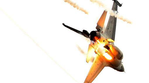 國軍F16IDF戰機施放熱焰彈