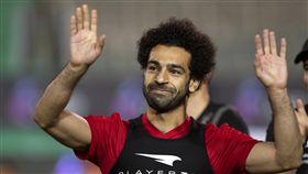 埃及球星薩拉負傷現身球場,未參與練球。(圖/美聯社/達志影像)