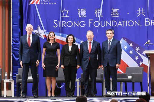 美國在台協會AIT落成典禮,左起莫健、助理國務卿羅伊斯、總統蔡英文、默色大使、梅建華。 (圖/記者林敬旻攝)