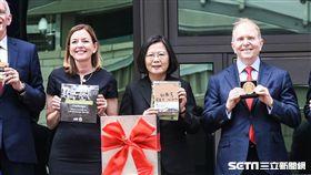 AIT美國在台協會內湖新館落成典禮,總統蔡英文在時空膠囊放進看見台灣一書。 (圖/記者林敬旻攝)