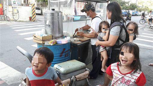 低收入戶,手工蔥油餅,愛心待用餐(光線提供)