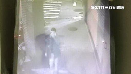 何男偽裝成香港旅客,隨機搭訕年輕女子,並謊稱要發起合照活動,再趁機偷親嘴後逃逸,警方循線將他逮獲,訊後依性騷擾罪函送法辦(翻攝畫面)