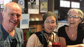 8月大孤兒送養加拿大  19歲女返台尋親台灣出生、8個月大就被社福機構送加拿大寄養的解(女雲)娟(Rosalie Hamel)(中),在養父母的陪伴下,一家3口來台展開尋親之旅。中央社記者李先鳳攝 107年6月11日