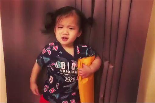 ▲▼Lucy故意對媽媽露出生氣皺眉的表情。(圖/翻攝自臉書)