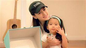 新婚的鍾欣潼(阿嬌)抱朋友小孩被網友催生。(翻攝微博)