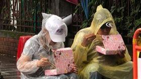 八百壯士冒雨嗑便當 圖翻攝自八百壯士捍衛權益臉書