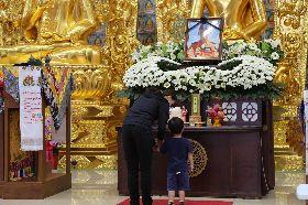飛官吳彥霆迎靈至花蓮 妻子靈前祝禱