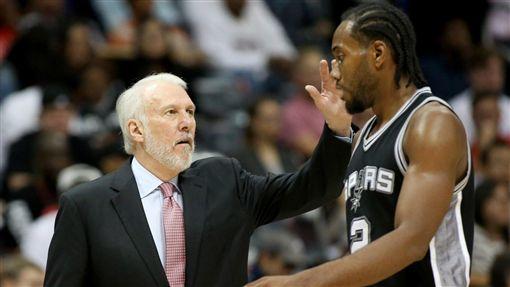 Gregg Popovich與Kawhi Leonard(圖/取自NBA TV推特)
