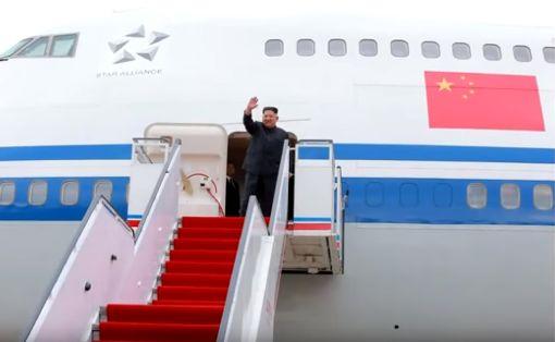金正恩平壤登機  機身五星旗在北韓官媒曝光北韓領導人金正恩10日搭乘中國出借的747專機前往新加坡出席「川金會」。北韓中央電視台11日報導了金正恩自平壤出發的定格照片畫面,清楚顯示機門右上方的五星旗標示。(截自北韓中央電視台畫面)中央社 107年6月12日