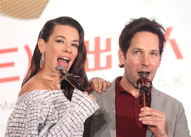 「蟻人與黃蜂女」男女主角保羅路德、伊凡潔琳莉莉,吃了糖雕蟻人與黃蜂女。(記者邱榮吉/攝影)