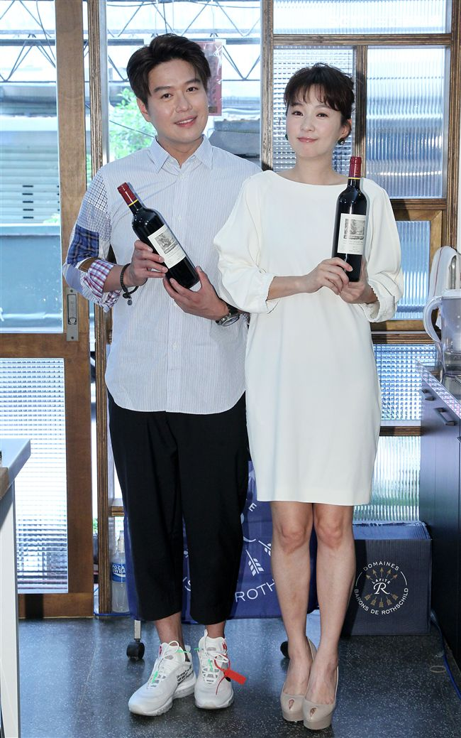 李易、六月兩人結婚喜迎7周年。(記者邱榮吉/攝影)(喝酒勿開車)