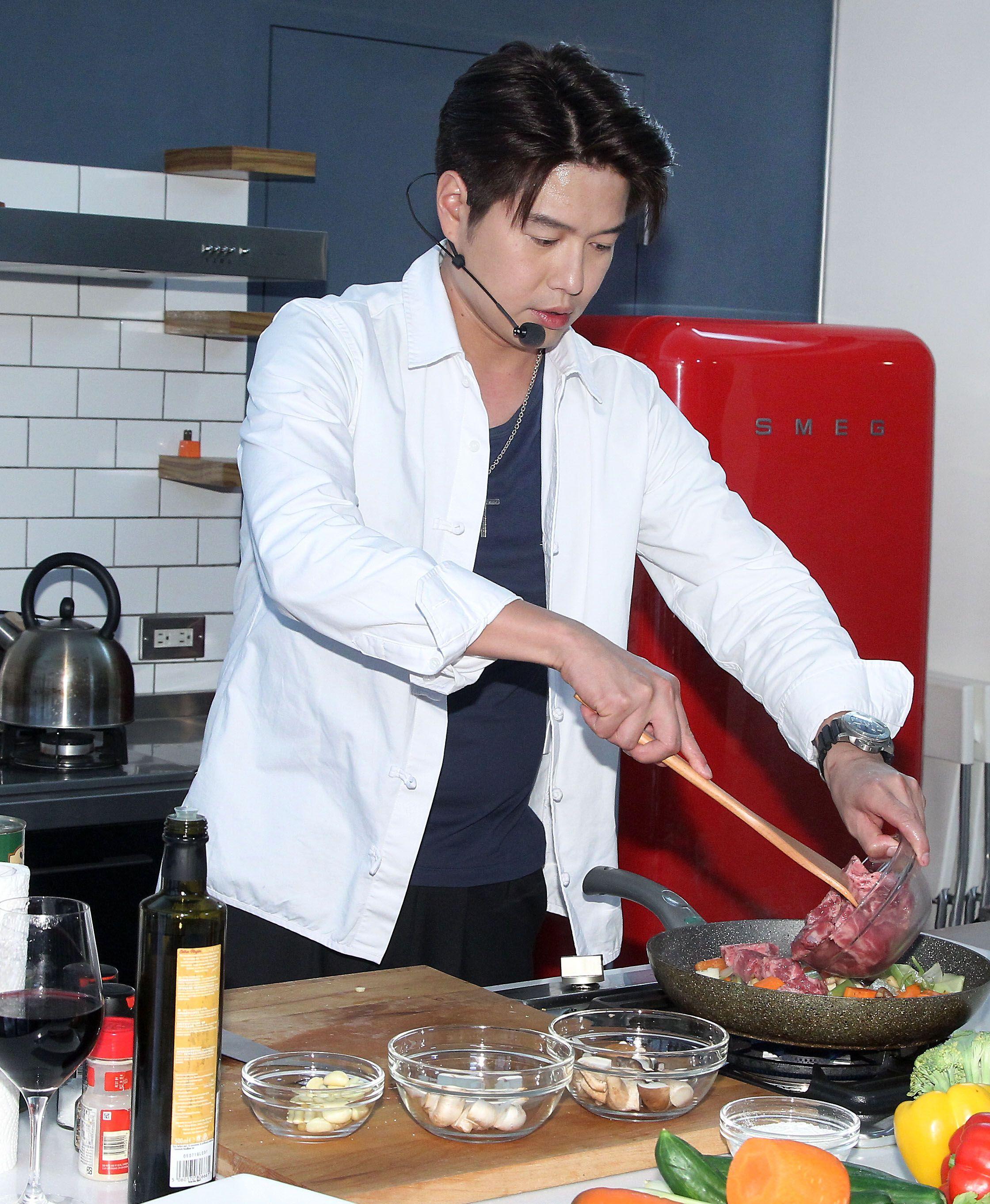 李易親自下廚做紅酒燉牛肉給六月吃,讓六月超感動。(記者邱榮吉/攝影)(未成年勿喝酒)