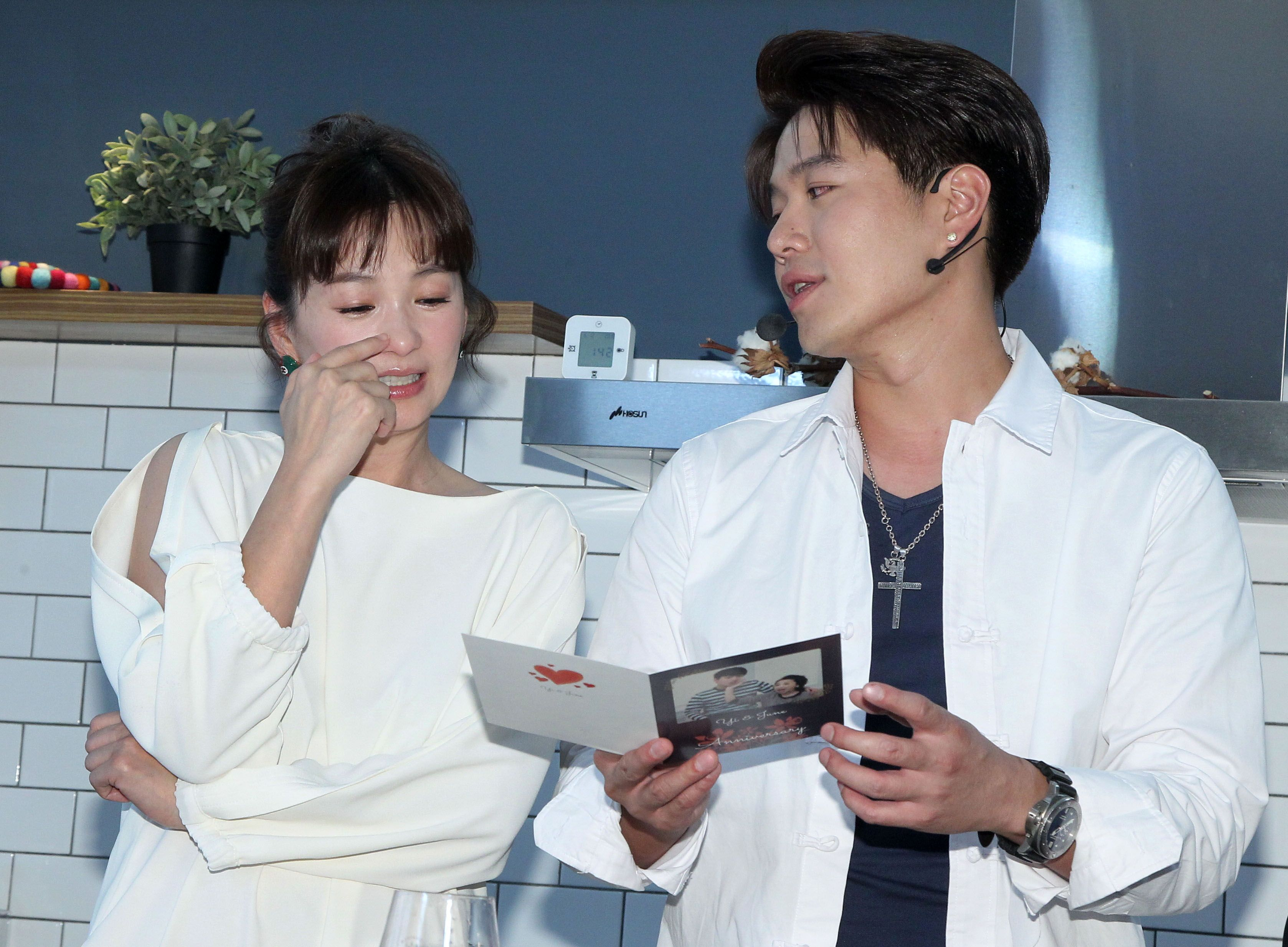 李易、六月兩人結婚7周年,李易寫了一張卡片給六月,讓六月眼眶含淚。(記者邱榮吉/攝影)(喝酒勿開車