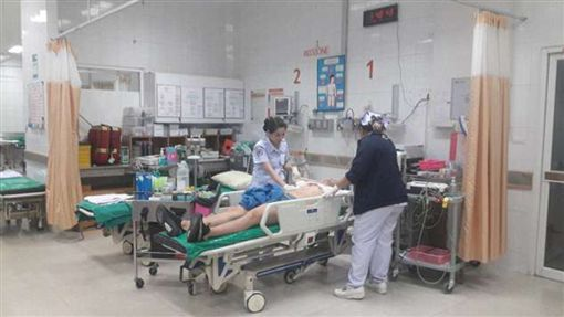 ▲傑登被刺傷後送醫急救(圖/翻攝自每日郵報)