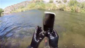 智慧手機,防水,美國,網紅,泡水,iPhone X,手機,失主,蘋果(圖/翻攝自《Man + River》YouTube)