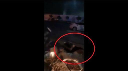 朋友喝醉強吻她慘摔 「鮑魚」被看光(圖/翻攝自微博)