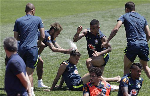 內馬爾等巴西球星幫庫迪尼奧慶生。(圖/美聯社/達志影像)